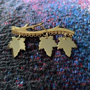 Jewelry - Unmarked maple leaf dangling leaves pin brooch